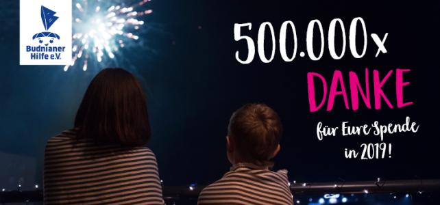Zwei Kinder schauen ein Feuerwerk an