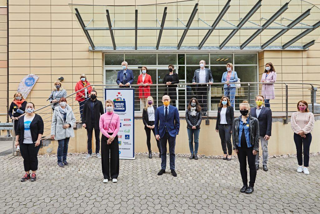 Wirtschaftssenator Michael Westhagemann zusammen mit Unternehmensvertreter/innen und Hanseatic Help e.V. beim Starttermin der Aktion am 25. Mai.